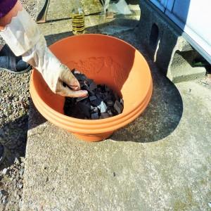 鉢底石の代わりに竹炭1